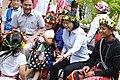 09.17 總統離開臺東「普悠瑪部落」前,與族人們合影 (37134638991).jpg