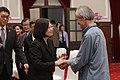 11.14 總統出席第九屆「總統文化獎」授獎儀式,與得獎人握手致意 (38381338022).jpg