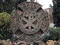 206 Tomba Monegal, creu cèltica i crismó.jpg