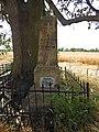 21. Dlouhé Dvory - Pískovcový jehlanec, který označoval původní hrob rakouského ppor. Alexandra svob. pána von Bethmann od 4. kyrysnického pluku.jpg
