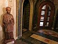 219 Basílica de Montserrat, avantsala dreta del cambril, escolà.JPG