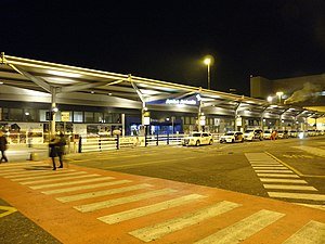 Verona Villafranca Airport - Image: Aeroporto di Verona Villafranca, notturna, Terminal 2 e taxi