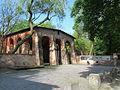 Alter-Suedl-Friedhof-Muenchen-Eingang-Lapidarium-mit-Infotafeln.JPG