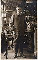 August Strindbergs porträtt i helfigur. I redaktör Valdemar Bülows bostad i Lund - Nordiska Museet - NMA.0057953.jpg