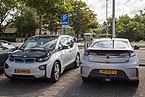BMW i3 und Opel Ampera an einer Ladestation in Den Burg.jpg