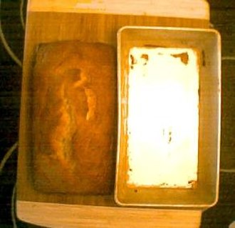 Bread pan - Image: Banana bread with loaf pan next to it