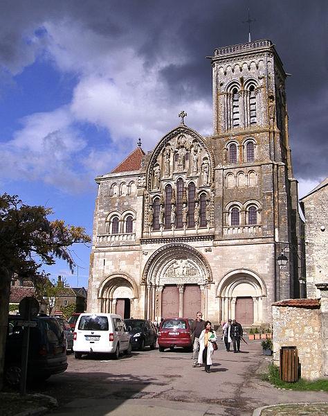 https://upload.wikimedia.org/wikipedia/commons/thumb/7/72/Basilique_Sainte-Marie-Madeleine_de_V%C3%A9zelay.jpg/474px-Basilique_Sainte-Marie-Madeleine_de_V%C3%A9zelay.jpg