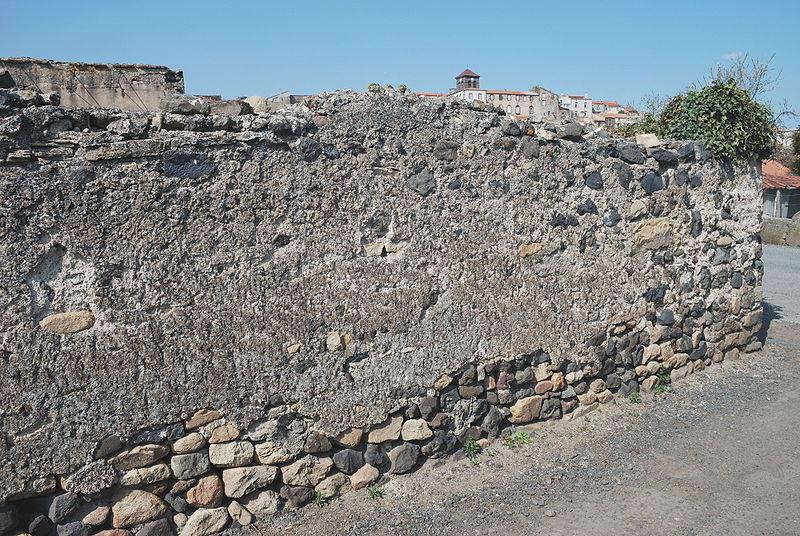 File:Beaumont mur chaux.jpg