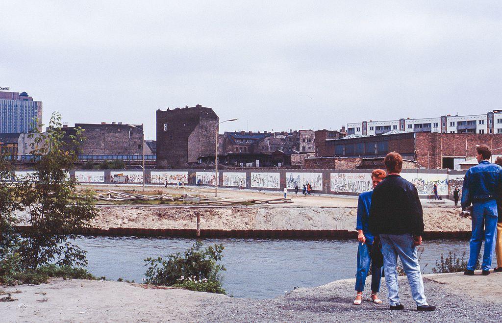 Mur de berlin depuis l'ouest vers l'est en 1990 - © Dietmar Rabich / Wikimedia Commons /