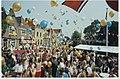 Bevrijdingsfeest op de Westkolk in Spaarndam. Foto Het oplaten van gekleurde ballonnen. NL-HlmNHA 54036094.JPG