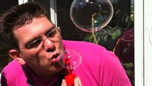 Ficheiro:Blowing bubbles.ogv