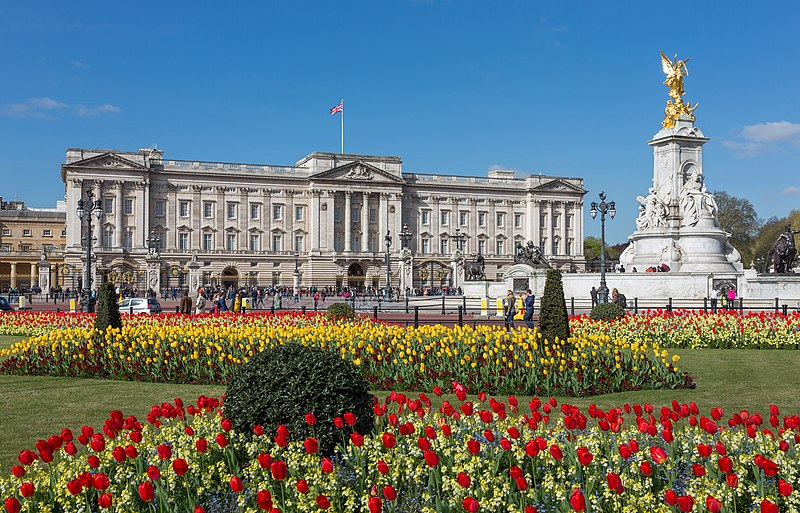 File:Buckingham Palace from gardens, London, UK - Diliff.jpg