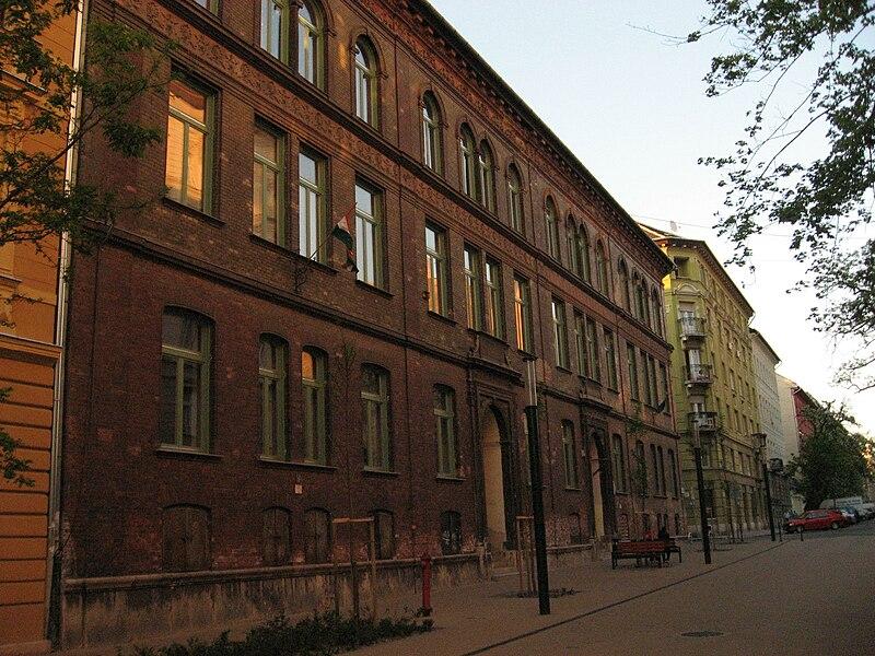 File:Budapest, VIII. Bauer Sándor St., 6-8. - Lakatos Menyhért Elementary and High School.jpg