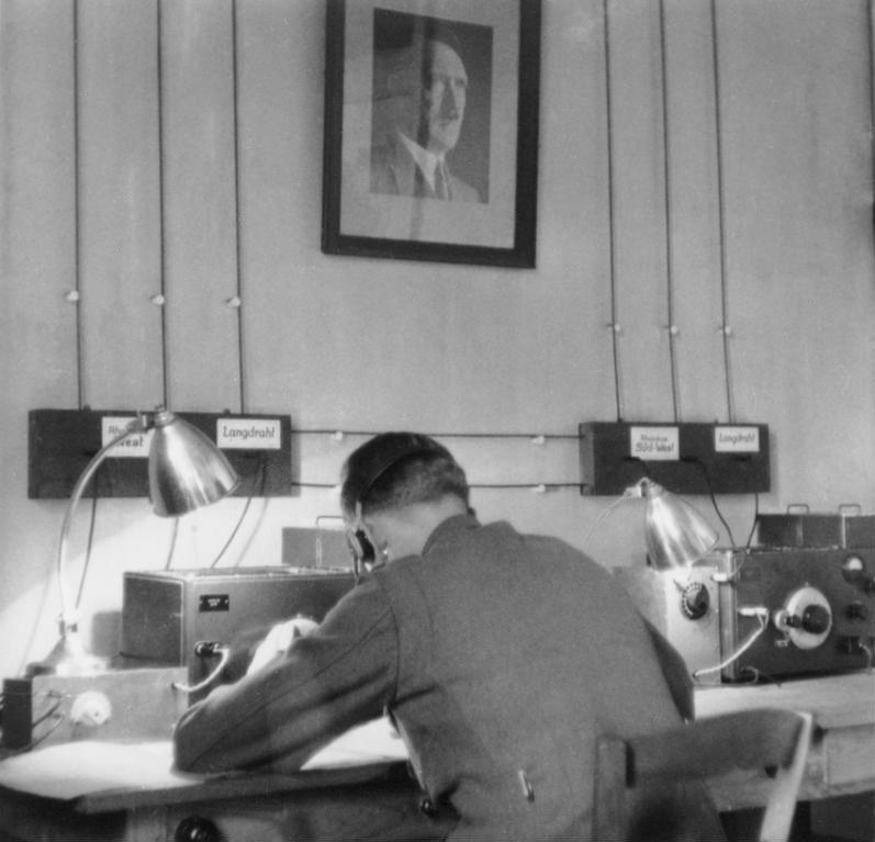 Bundesarchiv Bild 146-2005-0157, Geheimer Funkmeldedienst des OKW