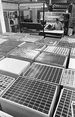 Bundesarchiv Bild 183-1990-0103-006, Altenburg, Spielkartenherstellung