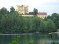 Burg Hohenschwangau aus Sicht des Alpsee.png