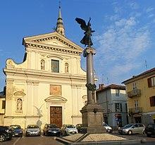 Il monumento ai caduti dinnanzi alla chiesa della Misericordia