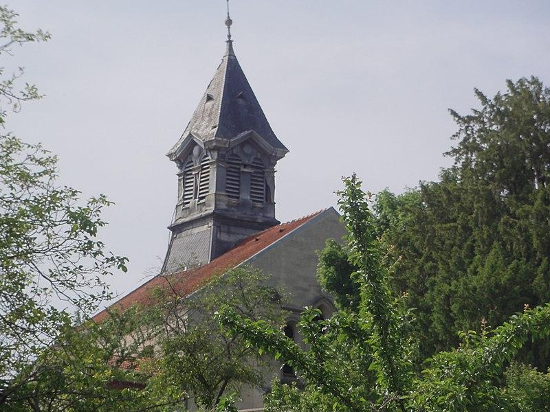 Celles-sur-Aisne (Aisne) Église, vue de loin