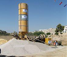 pompa per calcestruzzo betoniere e mescolatori x malte e calcestruzzi 220px-Centrale_beton_chantier