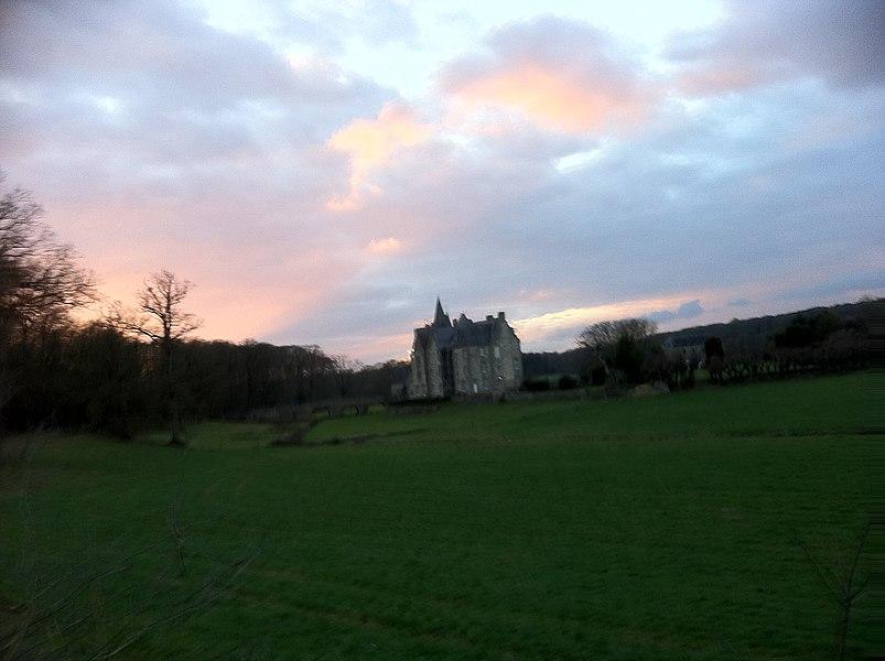 Le château se devine au milieu de sa clairière, endroit paisible où la vie nocturne s'éveille par l'envol des chauves-souris, le concert des chouettes et des alytes, l'odeur amplifiée de la forêt