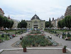 Quảng trường trước nhà hát Chernivtsi.