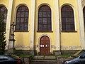 Chlumec (UL), kostel svatého Havla, boční vchod a kříž z Vyklic.jpg
