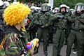 Clown Army erschreckt Polizisten.jpg