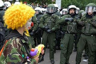 https://upload.wikimedia.org/wikipedia/commons/thumb/7/72/Clown_Army_erschreckt_Polizisten.jpg/320px-Clown_Army_erschreckt_Polizisten.jpg