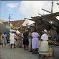 Collectie Nationaal Museum van Wereldculturen TM-20029769 Verkoop van fruit op de markt van Venezolaanse schepen aan de De Ruyterkade Curacao Boy Lawson (Fotograaf).jpg