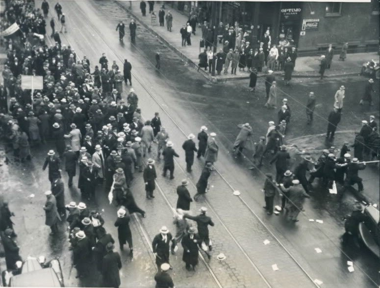 Communists attacking a parade of Ukrainians in Chicago. 17.12.1933