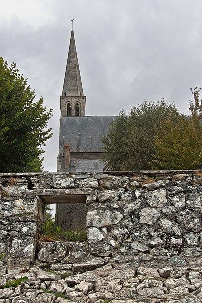 Église Saint Vincent et Sainte Radegonde.  Edifice principalement du XVIe siècle.  Le clocher date du XIIe siècle.   Church of Saint Vincent and Saint Radegund.  Building mainly of the sixteenth century. The tower date from the twelfth century.