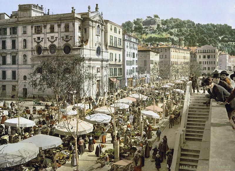 > Cours Saleya en 1880. C'est la principale place du Vieux Nice. Le marché s'y déroule, ainsi que la vie de terrasse. En 1880 et aujourd'hui.