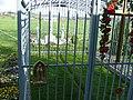 Das Rasenkreuz durch Gitter geschützt - panoramio.jpg