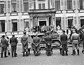 Defilé langs de koninklijke familie op het bordes van paleis Soestdijk, Bestanddeelnr 907-7259.jpg