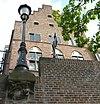 drakenburg te stad utrecht incluis werfmuur en bijbehorende lantaarnconsole