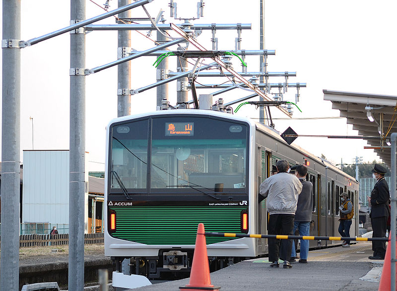 https://upload.wikimedia.org/wikipedia/commons/thumb/7/72/EV-E300-1_V1_at_karasuyama_station.JPG/800px-EV-E300-1_V1_at_karasuyama_station.JPG