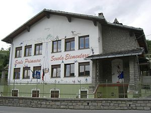 Education in Italy - An elementary school in Aosta Valley, with the name both in Italian and French