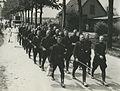Een groep agenten van politie op de tweede dag van de 26e Vierdaagse. – F40734 – KNBLO.jpg