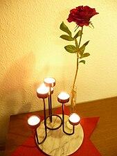 Eine Rose mit brennenden Teelichtern.JPG