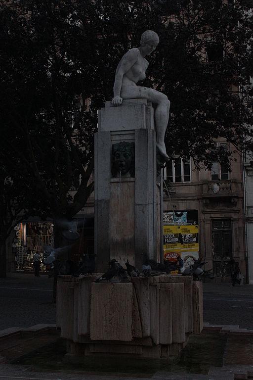 File:Escultura Menina Nua na Avenida dos Aliados4.jpg