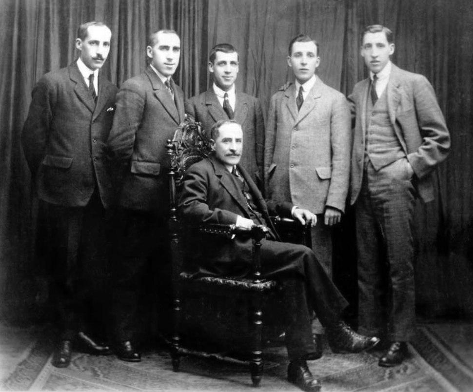 Uxío Carré cos seus fillos, de esquerda a dereita Gonzalo, Leandro, Eugenio, Luis e Carlos.