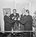 Fabrieksdirecteuren Jan (2e links) en Albert van Abbe (uiterst rechts) toosten …, Bestanddeelnr 255-8451.jpg