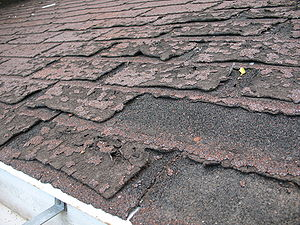 Asphalt shingle - Image: Failure of asphalt shingles allowing roof leakage