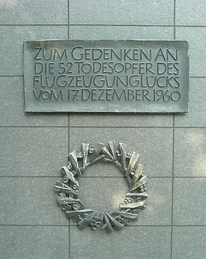 "1960 Munich C-131 crash - Memorial plaque at the accident site (translation: ""In memory of the 52 victims of the airplane crash on 17 December 1960"")"