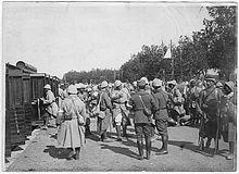 soldats noirs en tenue embarquant dans un train