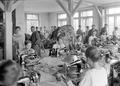 Frauen in der Armeeschneiderwerkstatt an der Arbeit - CH-BAR - 3241362.tif