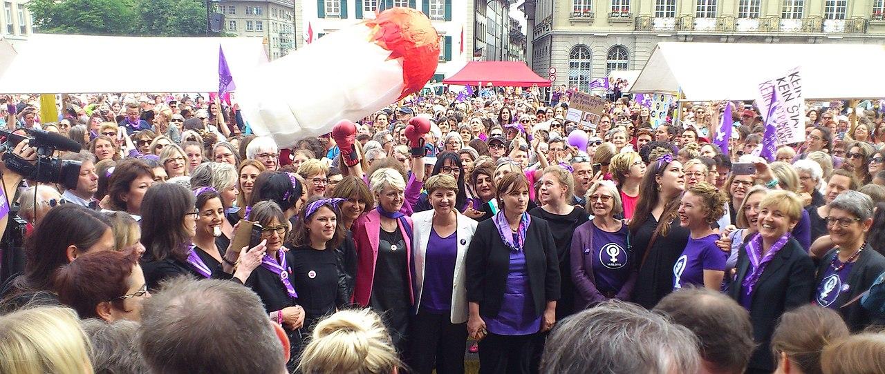 Frauenstreik mit Nationalratspräsidentin.jpg