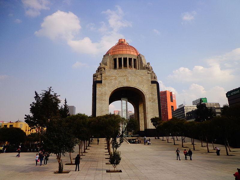 File:Frente al Monumento a la Revolución.JPG