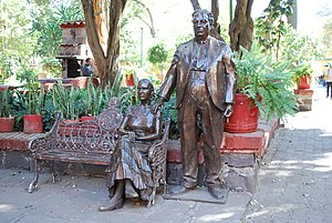 English: Statues of Frida Kahlo and Diego Rive...
