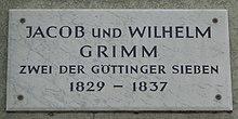 Göttinger Gedenktafel für Jacob und Wilhelm Grimm (Quelle: Wikimedia)